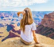 Ung härlig kvinnaresande, Grand Canyon, USA arkivfoton