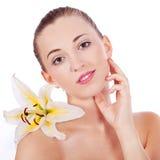 Ung härlig kvinnastående med den vita blomman arkivbilder