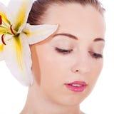 Ung härlig kvinnastående med den vita blomman royaltyfri bild