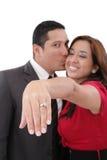 Kvinnavisning henne förlovningsring Arkivbilder