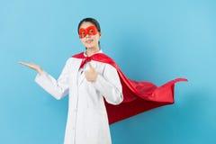 Ung härlig kvinnlig superhero för sjukhusdoktor arkivfoton