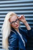 Ung härlig le blond flicka med härligt utseende och långt hår Ståenden av en kvinna med långt hår och att förbluffa ser Arkivfoto