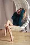 Ung härlig le kvinna i varm stucken handgjord kläder royaltyfri foto