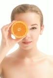 Ung härlig le kvinna med skivan av apelsinen Arkivbilder