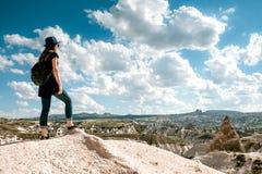 Ung härlig loppflicka med en ryggsäck överst av en kulle i Cappadocia, Turkiet Lopp framgång, frihet Arkivbilder