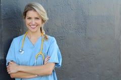 Ung härlig lyckad kvinnlig doktor med stetoskopet - stående med kopieringsutrymme arkivbild