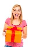 Ung härlig lycklig förvånad kvinna med gåvan Royaltyfri Bild