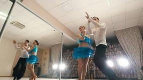 Ung härlig man- och kvinnadans och praktiserande latin - amerikansk dans i dräkter i studion arkivfilmer