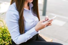 Ung härlig mobiltelefon för bruk för affärskvinna Royaltyfri Fotografi