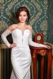Ung härlig modebrud som poserar i studio bröllop för klänningfragmentbeställning Royaltyfria Bilder