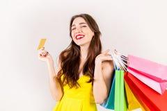 Ung härlig modell med massor av shoppingpåsar i händer royaltyfri bild