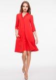 Ung härlig modemodell som bär den röda klänningen Royaltyfri Fotografi