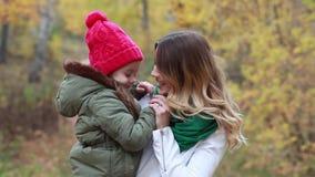 Ung härlig moder och dotter i höstskog stock video