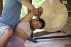 Ung härlig och exotisk asiatisk Balinesekvinna som kopplas av på matt mottagande traditionell thailändsk massage för studio av ma royaltyfri bild