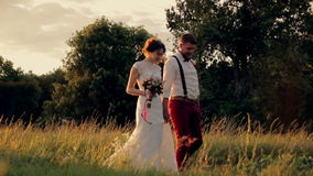 Ung härlig och lycklig parbrud och brudgum arkivfilmer