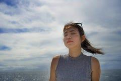Ung härlig och söt asiatisk kinesisk kvinna som ler lycklig tyckande om havsbris på det tropiska havlandskapet Royaltyfri Fotografi