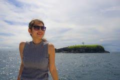 Ung härlig och söt asiatisk kinesisk kvinna som ler lycklig tyckande om havsbris på det tropiska havlandskapet Royaltyfri Foto