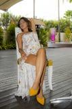 Ung härlig och sexig asiatisk kvinna i stilfull klänning på coffee shop eller restaurangen för feriesemesterort som dricker sund  Royaltyfri Foto