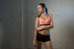 Ung härlig och sexig kvinna i konditionöverkant och kortslutningar med perfekt posera för mage Royaltyfri Foto