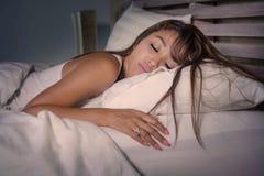 Ung härlig och trött asiatisk kvinna20-tal eller 30-tal som sover peacef royaltyfri bild
