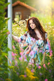Ung härlig röd hårkvinna i mångfärgad blus i en solig dag Stående av den attraktiva långa hårkvinnlign i natur Royaltyfri Bild