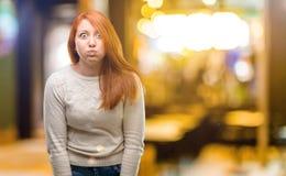 Ung härlig rödhårig mankvinna över vit bakgrund arkivfoton