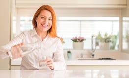 Ung härlig rödhårig mankvinna hemma royaltyfri bild