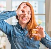 Ung härlig rödhårig mankvinna hemma arkivfoto