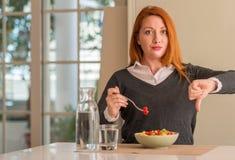 Ung härlig rödhårig mankvinna hemma royaltyfri fotografi