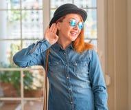 Ung härlig rödhårig mankvinna hemma royaltyfria foton