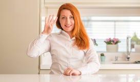 Ung härlig rödhårig mankvinna hemma Arkivbild