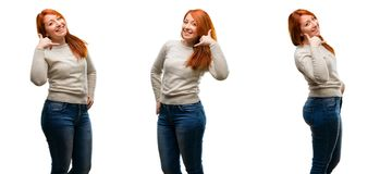 Ung härlig rödhårig mankvinna som isoleras över vit bakgrund fotografering för bildbyråer