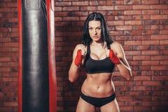 Ung härlig sexig boxarekvinna med röd boxning Arkivbilder