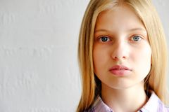 Ung härlig tonåringmodellflicka som poserar över vit bakgrund som visar emotionella ansiktsuttryck royaltyfri fotografi