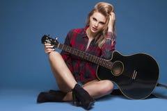Ung härlig tonårs- flicka som spelar på gitarren konsert hobby Fotografering för Bildbyråer