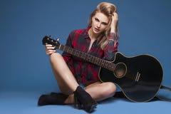 Ung härlig tonårs- flicka som spelar på gitarren konsert hobby Royaltyfria Bilder