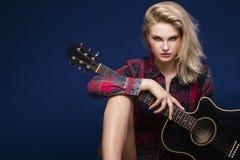 Ung härlig tonårs- flicka som spelar på gitarren konsert hobby Arkivfoto