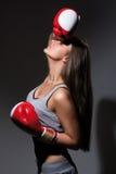 Ung härlig trött kvinna under kondition och boxning arkivfoto