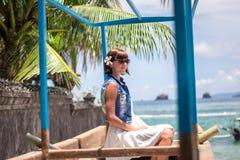 Ung härlig tropisk kvinna för stående på sommarsemester i asia, Bali Koppla av på den tropiska stranden, havslandskap och Royaltyfria Foton