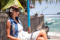 Ung härlig tropisk kvinna för stående på sommarsemester i asia, Bali Koppla av på den tropiska stranden, havslandskap och Royaltyfri Fotografi
