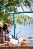 Ung härlig tropisk kvinna för stående på sommarsemester i asia, Bali Koppla av på den tropiska stranden, havslandskap och Fotografering för Bildbyråer