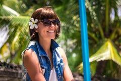 Ung härlig tropisk kvinna för stående på sommarsemester i asia, Bali Koppla av på den tropiska stranden, havslandskap och Royaltyfri Bild
