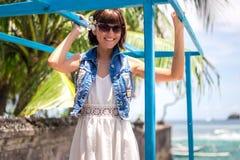 Ung härlig tropisk kvinna för stående på sommarsemester i asia, Bali Koppla av på den tropiska stranden, havslandskap och Arkivfoton