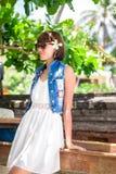 Ung härlig tropisk kvinna för stående på sommarsemester i asia, Bali Koppla av på den tropiska stranden, havslandskap och Arkivfoto
