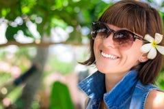Ung härlig tropisk kvinna för stående på sommarsemester i asia, Bali Koppla av på den tropiska stranden, havslandskap och Royaltyfria Bilder