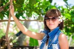 Ung härlig tropisk kvinna för stående på sommarsemester i asia, Bali Koppla av på den tropiska stranden, havslandskap och Arkivbilder