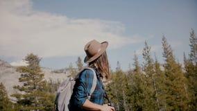Ung härlig turist- flicka med ryggsäcken och kamera som bara fotvandrar på ultrarapid för sjö för Yosemite nationalparkberg stock video