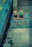 Ung härlig tvilling- dansbalett för syster två i staden med balettdräkten stads- synkroniseringsdans industriell gatadans med fotografering för bildbyråer
