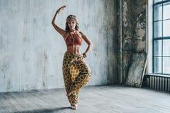 Ung härlig yogikvinna royaltyfria foton