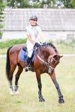 Ung hästryggflicka på stråkföringhästen Royaltyfri Bild